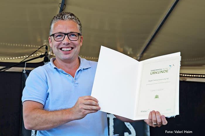 Stephan Fässler mit der Urkunde als Mitglied