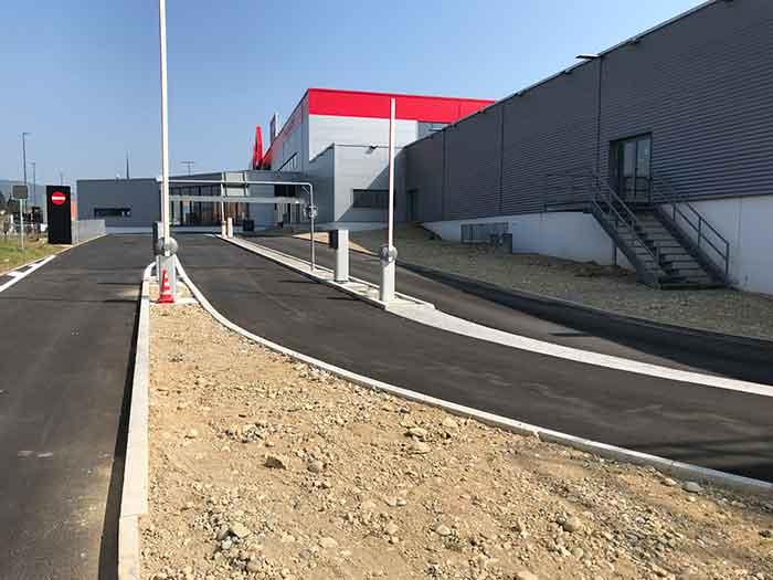 Der massive Bau des Fachmarktes wird saniert und ist von allen Seiten von Verkehrsinfrastruktur umgeben