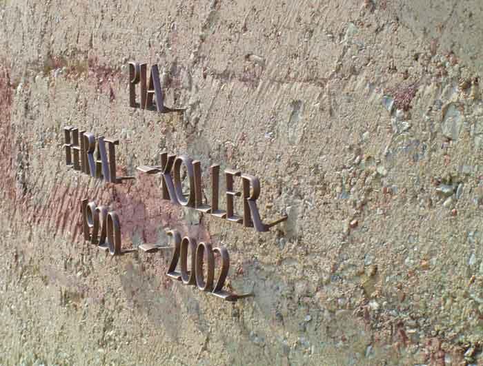 Im Zentrum steht die nun geschlossene Lehmstampfmauer, die als Urnenwand auf dem Friedhof fungiert.